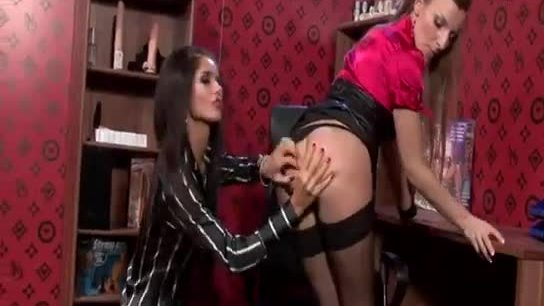 Glam lesbian in stockings gets licked out